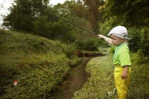 Abenteuer Fischwasser Kind lernt Fischen