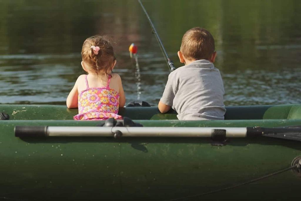 Abenteuer Fischwasser Kinder Fischen im Boot