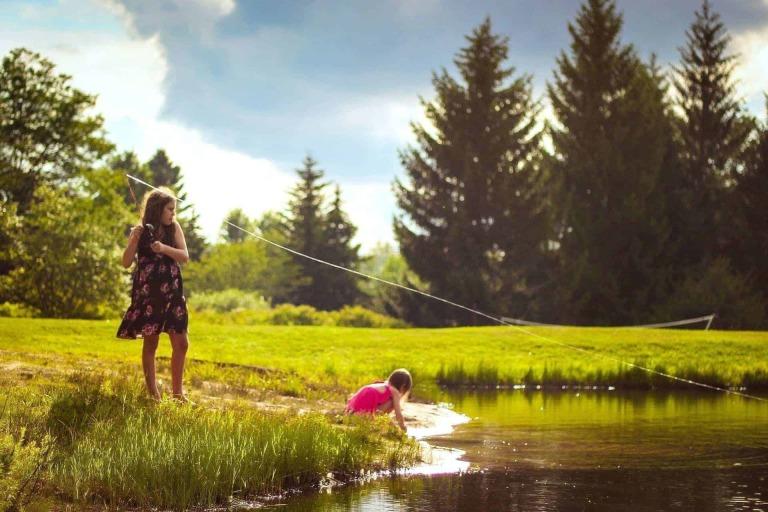 Mädchen fischen in Teich